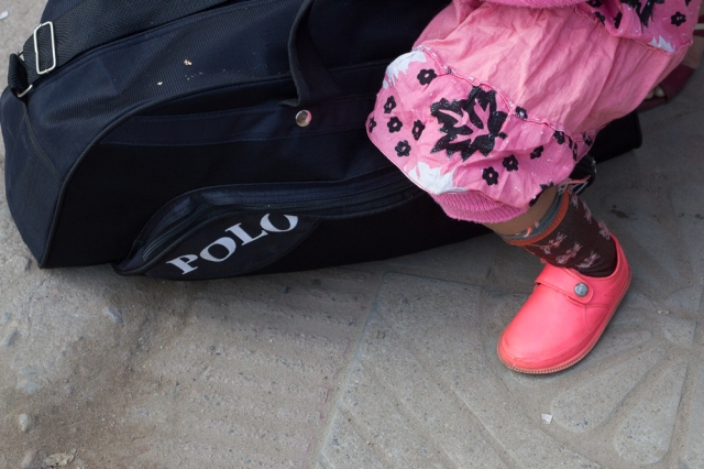 marlandphotos-blog-travel-bus-waiting-pinkshoes-streetphotography